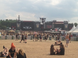 Ein gefülltes Infield sieht anders aus: Nicht alle Bands konnten mit massig Publikum rechnen